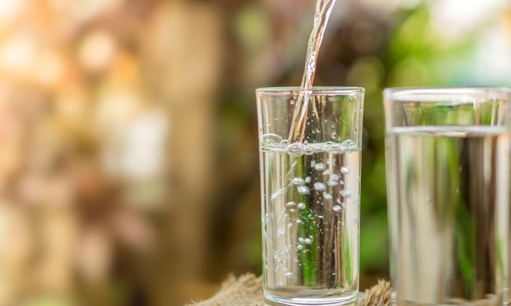 thiếu nước gây khô môi
